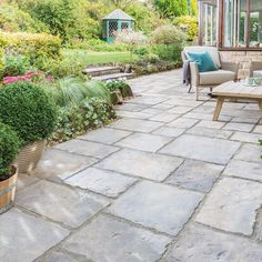 Take your patio layout design to the next level with our list of favorite ideas. Whether it is large patios, or fire pits you will find everything you need Design Patio, Backyard Patio Designs, Backyard Landscaping, Garden Design, Diy Patio, Pool Backyard, Flagstone Patio, Concrete Patio, Slate Patio