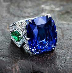 Dive into infinite blue with this 23 carat sapphire… Burmese cushion-cut sapphire set with emeralds and diamond baguettes Plongez dans le bleu infini de ce saphir 23 carats… Saphir birman coussin serti d'émeraudes et diamants baguettes