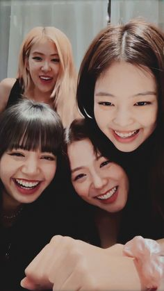 "4 Katil ve 7 Polis *Blackpink×Bts* Jennie ""Now slowly put that gun down? These are not a thing of the Kpop Girl Groups, Korean Girl Groups, Kpop Girls, Divas, Kim Jennie, Pink Wallpaper Simple, Memes Blackpink, Black Pink Kpop, Blackpink Members"