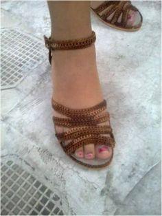 Lindíssimas sandálias em crochê Crochet Sandals, Crochet Boots, Crochet Baby Shoes, Crochet Slippers, Crochet Cardigan, Crochet Bikini Pattern, Shoe Crafts, Shoe Pattern, Filet Crochet