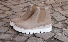Rå-tøff skolett fra Laura Bellariva i beige/sand farget nubuk skinn med hvit platåsåle. Strikk i sidene. Finnes også i sort. Super god på foten og passer til både bukse og skjørt.