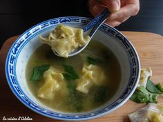 Wonton soup (Chinese ravioli): a balanced and tasty Asian dish to celebrate the Chinese New Year! Asian Cooking, Cooking Time, Asian Recipes, Healthy Recipes, Ethnic Recipes, Healthy Food, Chen, Japenese Food, Wan Tan