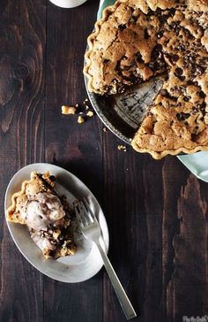 Tuscaloosa Tollhouse Pie - its a giant chocolate chip cookie pie! Sweets Recipes, Just Desserts, Cookie Recipes, Delicious Desserts, Yummy Food, Yummy Recipes, Healthy Food, Eat Dessert First, Pie Dessert