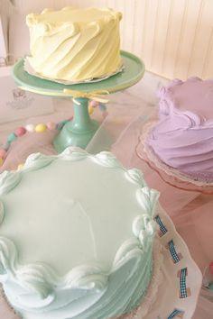 Magnolia Bakery Pastel Cakes- Love the unique and super simple frosting idea! Cake Decorating Techniques, Cake Decorating Tips, Cookie Decorating, Pretty Cakes, Beautiful Cakes, Cupcakes Decorados, Pastel Cakes, Dessert Decoration, Just Cakes