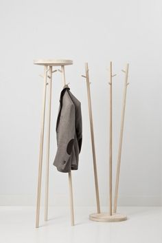 Cascando Twist - Design with a wink. The use of attractive timbers gives this coat stand a warm appearance. Available in two models.
