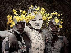 Ainda residem neste mundo povos que acreditam que a energia de todas as coisas é o maior Deus do universo. Existem outros, que nunca tomaram banho na vida e tem um perfume e brilho de pele mais vibrantes que a maioria de nós que mantemos nossos hábitos tradicionais de limpeza. Esses são povos que vivem à sua própria maneira, interpretando a natureza como esta tem se mostrado para eles desde o inicio da história humana.