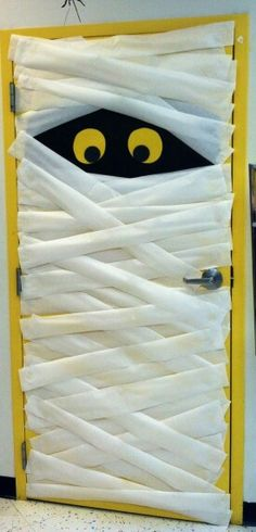 Cute Halloween DIY door mummy. How fun for kids to wake up to this outside their door one October morning!