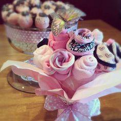 Baby bibs and washcloth bouquet Diaper Bouquet, Diaper Cakes, Baby Bibs, Future Baby, Shower Ideas, Baby Shower Gifts, Craft Ideas, Children