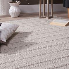 Tapis en laine et coton Chandak signé Akhal, dans des tons sable et gris, au motif rayé et avec un jeu de relief. Un tapis qui apporte chaleur et réconfort dans un intérieur