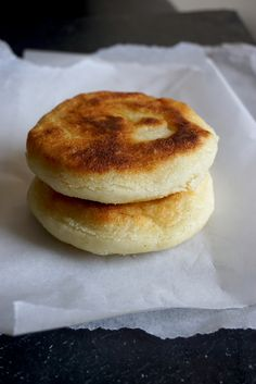 How to Make Arepas: Naturally Gluten Free South American Flat Breads gluten free arepas made with pre-cooked white cornmeal P. Gluten Free Pizza, Gluten Free Baking, Gluten Free Recipes, Dairy Free, Gluten Free Flatbread, Vegan Recipes, Flatbread Recipes, Vegan Meals, Healthy Meals
