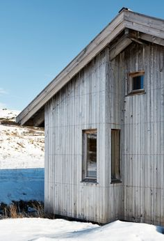 TIDLØS: Hytta er ny og moderne, men har fått en tidløs form. Utstikket er laget for at det skal være mulig å se Hallingskarvet fra arbeidsplassen på det ene soverommet, det eneste som ikke ligger på fremsiden av hytta. Vinduene er i kjerneved, malmfuru, fra Solfjelds møbelfabrikk. Scandinavian Architecture, Milan, Garage Doors, Shed, Cottage, Exterior, Outdoor Structures, Cabin, Outdoor Decor
