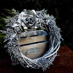 Velký+rustikální+věnec+ve+starostříbrném+laku+Luxusní+rustikální+vánoční+věnec+z+proutí,+bohatě+zdobený+růžemi+a+větvičkami+jalovce,+ošetřenými+starostříbrným+antik+matným+lakem,+kterým+můžete+ozdobit+vstupní+dveře+nebo+ho+zavěsit+na+stěnu.+Průměrvěnce+cca+35+cm.+K+věnci+můžete+do+sady+zakoupit+velký+svícen+na+talíři+o+průměru+33+cm+ve... Christmas Wreaths, Christmas Decorations, Lion Sculpture, Statue, Flowers, Fictional Characters, Art, Corona, Xmas