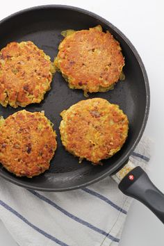 Anti-inflammatory salmon burger recipe: a delicious and easy weeknight meal that's also loaded with omega-3 fatty acids! Gluten-free and paleo.