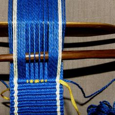 sup weft step 5 Inkle Weaving, Inkle Loom, Card Weaving, Tablet Weaving, Lucet, Hugo Weaving, Arts And Crafts, Diy Crafts, Woven Belt