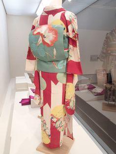「絵はがきで見る夢二とその時代展」狭山市立博物館、赤い矢羽根に扇子と秋草柄着物、朝顔の帯