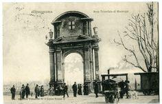 "Il tram a vapore all'Arco Trionfale di piazza Genova (già ""Piazza d'Armi Vecchia"" ora piazza Matteotti; Alessandria)."