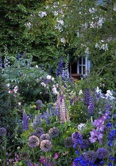 こちらはテーマをパープルカラーにしたお庭。同系色でまとめたロマンチックガーデンは憧れの的です。