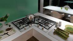 piano cottura angolo con design cucina bianca. Ci sono quattro fornelli a gas