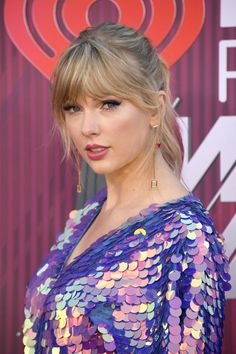 We think it's safe to assume that Taylor Swift will be shaking it off in this sequin romper at the 2019 iHeartRadio Music Awards. Taylor Swift Biography, Taylor Swift Age, Taylor Alison Swift, Taylor Swift Makeup, Soft Bangs, Royal Blue Gown, Looking Gorgeous, Beautiful, Vestidos