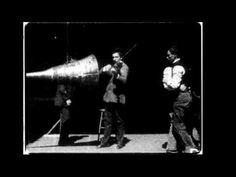 The Dickson Experimental Sound Film, experiment uit ca. 1895. Dit was een van de eerste beelden met geluid in die tijd en dit dient als experiment voor wat geluid kan doen met het beeld. De eerste test is muziek met regelmatige klik dat goed correspondeert met de dansende mannen. Bij de tweede test wordt deze klik weggehaald en ziet het beeld er een stuk vreemder uit. Dat kleine verschil in geluid heeft dus een enorme impact op het beeld.