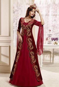 Henna Bindalli dress models and matching hair styles Tesettür Şalvar Modelleri 2020 Pakistani Wedding Dresses, Indian Dresses, Dresses Elegant, Formal Dresses, Pretty Outfits, Pretty Dresses, Morrocan Dress, Lehnga Dress, Medieval Dress