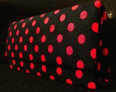 Bolsa estilo box, produzida em cartonagem artesanalmente. Revestimendo externo de tecido algodão estampa poá preto e vermelho. Revestimento interno em tecido de algodão vermelho e preto. Fecho tipo botão com imã.   PAGAMENTO VIA PAYPAL: 20% DE ACRÉSCIMO NO VALOR DO PRODUTO  Contato: pitangacrafts@gmail.com  Informações do Produto Preço: R$ 40,00  Disponível: 01 unidade(s)  Peso: 250 gramas  Largura: 5,5 cm (base) Altura: 12 cm  Comprimento: 24 cm  Imagem meramente ilustrativa. NÃO EFETUAMOS…
