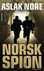 """""""En norsk spion"""" tar leseren med inn i en eksotisk, eventyrlig og svikefull verden de færreste kjenner - der konsekvensene ved å mislykkes er fatale og private hensyn er underkastet nasjonens interesser. Kan en profesjonell løgner være ærlig overfor sine nærmeste?"""