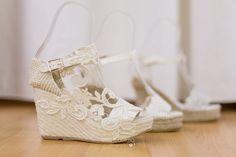 ALPARGATAS DE NOVIA. NOVEDADES PRIMAVERA-VERANO Foto: @giselcorbo Alpargatas: Enepe y @carmenchu Prom Shoes, Wedding Shoes, Wedding Dresses, All White Wedding, Wedding Cake Decorations, August 10, Bride, Sandals, Weddings