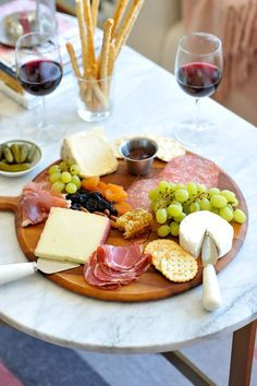 How To Make A Charcuterie Board, Tips For Making A Meat And Cheese Plate - My Style Vita Mystylevita Simple Cheese Platter, Meat And Cheese Tray, Cheese Platter Board, Meat Platter, Easy Cheese, Food Platters, Cheese Platters, Cheese Boards, Wine Cheese