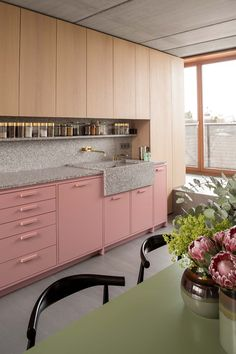 Kitchen Interior Design An architect's apartment in Berlin with millennial pink kitchen cabinets New Kitchen, Kitchen Dining, Room Kitchen, Kitchen Ideas, Island Kitchen, Kitchen Trends, Pink Kitchen Cabinets, Cupboards, Küchen Design