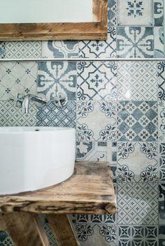 Ambiance parfaite pour les collections de robinetteries  Alpha Delta - Julia Victoria de chez HORUS. Les indémodables carreaux de ciment.