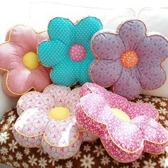 Cute pillows for a girl's room. Cute Pillows, Diy Pillows, Decorative Pillows, Fabric Crafts, Sewing Crafts, Sewing Projects, Diy Couture, Flower Pillow, Cushion Fabric