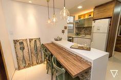Cozinha funcional e moderna projetada por Carolina Riztmann Stratmann Arquitetura e Interiores. O porcelanato Lisboa HD Mix na parede da pia e na parte de baixo da bancada de refeições.