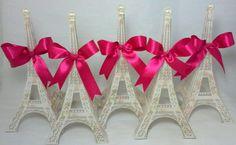 Torre Eiffel média feita em papel metálico <br>Para ser usadas em aniversário com tema Paris, ou enfeite como desejar. Personalizamos como quiser em qualquer cor/estampa, laço. <br>Somente a cor/estampa preta tem varações de tom podendo ficar meio cinza neste tipo de papel metálico. <br>Florais, poás, listras, vintages, etc. <br>SE O PEDIDO FOR INFERIOR A 5 UNIDADES O PREÇO UNITÁRIO SAI R$10,00 que será reajustado no carrinho de compras.