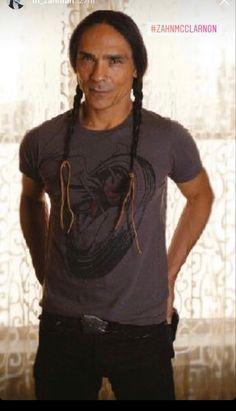 Native American Actors, Native American Warrior, Native American History, Indian Man, Native Indian, Pretty People, Beautiful People, Zahn Mcclarnon, Tribal Fashion
