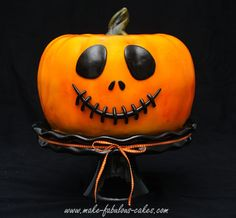 Probably the best looking pumpkin cake out there. Check out how to make a jack o pumpkin cake for halloween. Gross Halloween Foods, Bolo Halloween, Theme Halloween, Adornos Halloween, Halloween Goodies, Halloween Desserts, Halloween Birthday, Halloween Treats, Halloween Pumpkins