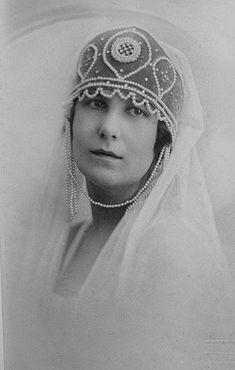 O fotografie reuşită a Mariei Kirilovna (1906 - 1951, fiica cea mare din a două căsătorie a Victoriei Melita, sora Reginei Maria, cu Marele Duce Kiril Vladimirovici al Rusiei (anii 1920).