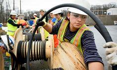 Galeria de fotos de Warwick 5 (setembro de 2015 a fevereiro de 2016) | JW.ORG Trabalhadoras puxando um cabo de média voltagem para uma subestação elétrica, que fornece a energia para o complexo de Warwick.