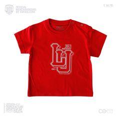 Camiseta roja para los seguidores más jóvenes de Club Deportivo Lugo. Incluye corchetes en el lateral del cuello. Diseño en pecho.