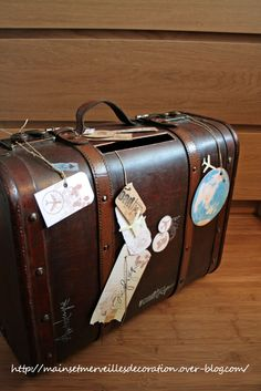 Valise ancienne - Tirelire mariage voyage vintage http://www.mainsetmerveillesdeco.fr/