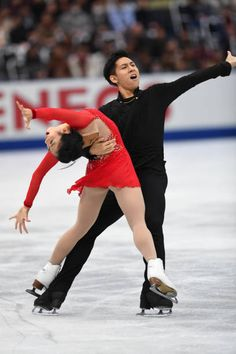 Wenjing Sui and Cong Han of China compete in the Pairs free skating during the ISU Grand Prix of Figure Skating at on November 11 2017 in Osaka Japan Ice Skating Pictures, Pairs Figure Skating, Skate Photos, Ice Skaters, Figure It Out, Grand Prix, Gymnastics, Sporty, Poses