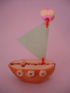 De leukste traktaties voor peuters en kleuters | ZOOK.nl - bootje gemaakt van eierkoek, jam en prikker met schuimpje