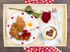 Najkrajšie je zobúdzanie s valentínskymi raňajkami. Pudding, Desserts, Food, Tailgate Desserts, Deserts, Custard Pudding, Essen, Puddings, Postres