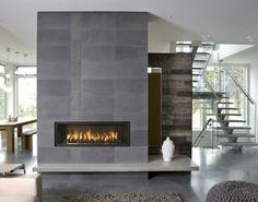 On remarque, dans l'âtre de ce foyer au gaz linéaire, des pierres de céramique noire très brillantes. Photo fournie par Town&Country