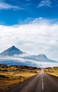 Malerische Bergstraße in Island