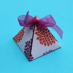 How to make cool little pyramid gift boxes...including a link to a free printable template! What a fun way to present a small gift like earrings or a keychain! Gonna try this one...