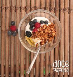 Para ajudar a começar bem o dia, nada como um bom pequeno-almoço, e já agora, bem bonito: iogurte, frutos vermelhos, um fio de mel e a granola da Doce Papoila.