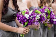 7. hochzeit in lila brautjungfer blumen strauss lila kleider Lila Hochzeit Inspiration – Tischdeko, einladungen etc.