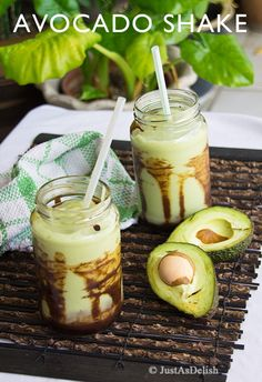 Jus Alpukat -Indonesia -rich creamy Avocado Shake with chocolate syrup dripped at the side of glass. Indonesian Desserts, Indonesian Cuisine, Asian Desserts, Easy Desserts, Avocado Shake, Avocado Juice, Avocado Smoothie, Malaysian Food, Recipes