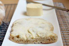 Delicioso pan tostado con azúcar, es ideal para finalizar un rico desayuno o para esas tardes que tienes antojo de algo dulce.